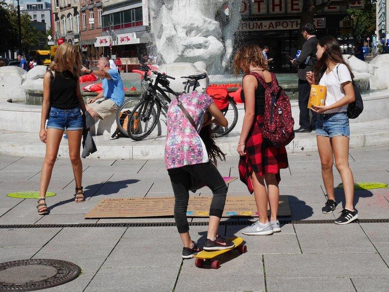 Passanten informieren sich in Frankfurt über unsere Forderungen